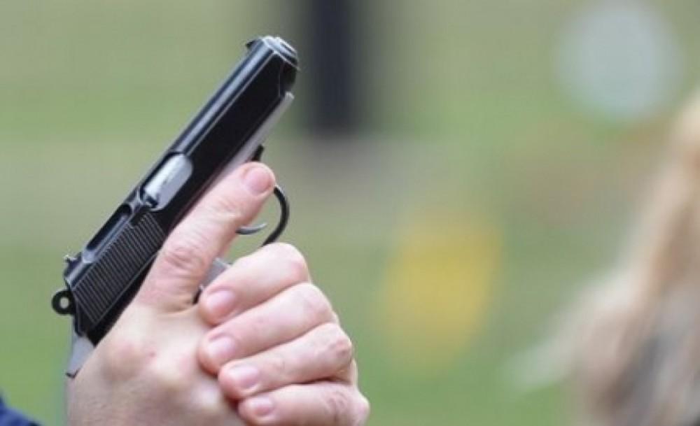 Un bărbat a tras cu pistolul deranjat de zgomotul copiilor care se jucau